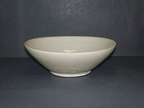 Tang dynasty Xing yao white glaze deep alms bowl