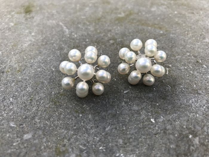 18 kt White gold ear studs with topquality freshwater pearls