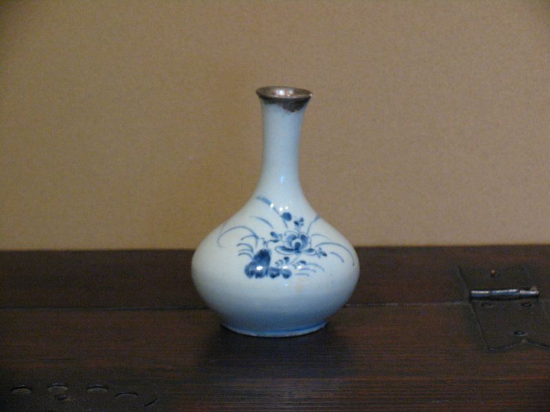 "19th century Joseon ""Bun-in"" blue & white flower painting small pot"