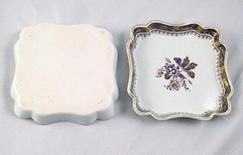 Pair Mottahedeh Chinese Export Style Porcelain Dishes