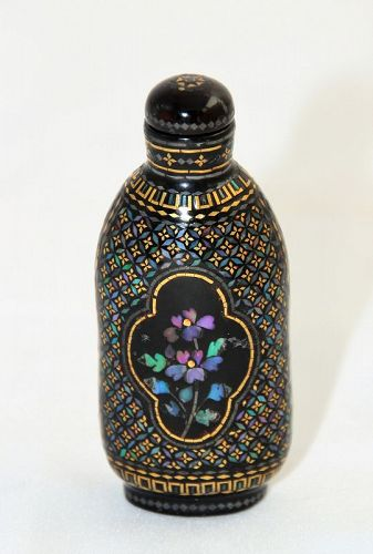 Chinese Black Lacquer Burgaute & Mother of Peal Snuff Bottle