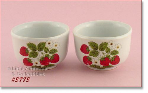 McCOY POTTERY SET OF TWO STRAWBERRY COUNTRY CUSTARDS