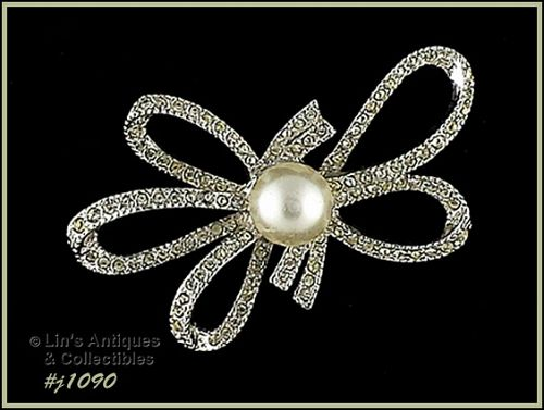 VINTAGE RICHELIEU RHINESTONE AND FAUX PEARL BOW SHAPED PIN