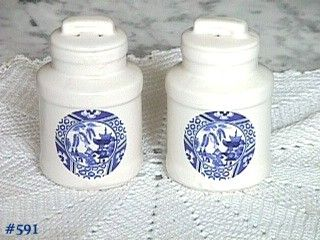 McCOY POTTERY BLUE WILLOW SALT AND PEPPER SHAKER SET MINT CONDITION