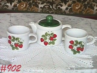 McCOY POTTERY VINTAGE STRAWBERRY COUNTRY 7129 TEAPOT WITH 2 CUPS