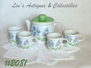 McCOY POTTERY -- VINTAGE DAISY DELIGHT TEAPOT WITH 4 MATCHING CUPS