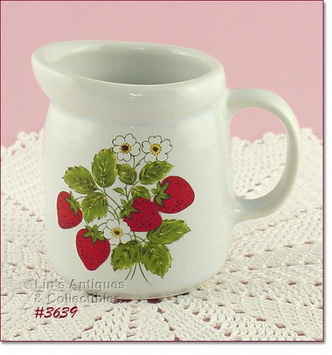McCOY POTTERY � VINTAGE STRAWBERRY COUNTRY CREAMER