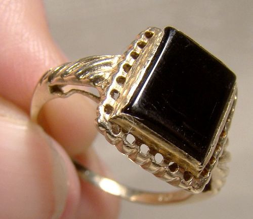 10K Yellow Gold Onyx Ring with a Fancy Setting 1960 - Size 7-1/4