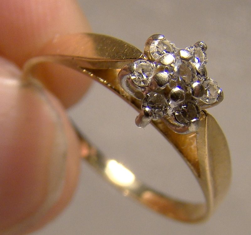 14K Yellow Gold 7 Diamonds Cluster Ring 1970s - Size 7