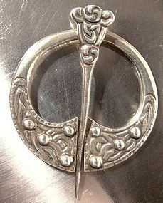 SCOTTISH CELTIC PENANNULAR STERLING CLOAK PIN 1960