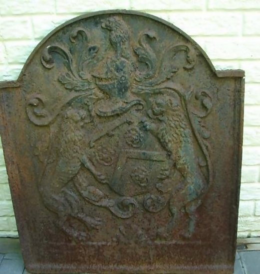 18TH CENTURY ORIGINAL FIREBACK WITH ARMORIAL CREST