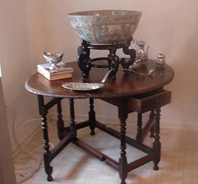 C. 1790 JACOBEAN ENGLISH OAK OVAL TABLE WITH LEAVES