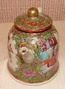 C. 1840 CHINESE EXPORT ROSE MEDALLION BELL TEAPOT