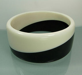 70s Black and White Laminated Bakelite / Lucite Bangle