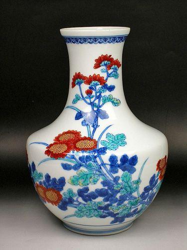 Imaemon Imaizumi porcelain enameled flower vase vessel