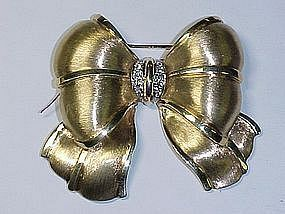 18Kt gold and diamond bow pin