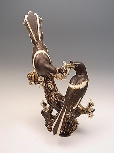 Japanese E. 20th C. Porcelain Okimono of a Pair of Japanese Magpies