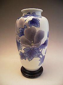 Japanese Makuzu Kozan Studio Porcelain Vase