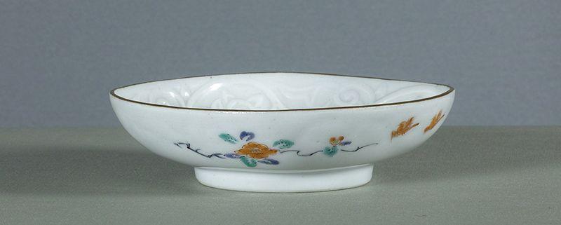 A Japanese Arita dish, in Kakiemon style, circa 1700 ~ 1725