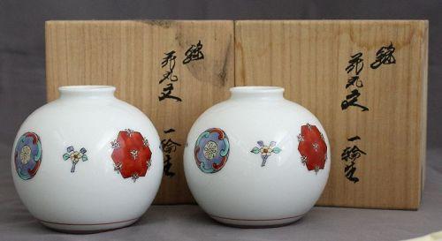 Two Japanese Sakaida Kakiemon XIV Porcelain Vases with Signed Tomobako