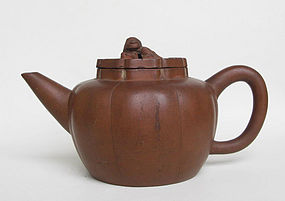 A Large Chinese Yixing Teapot (9)