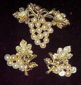 Goldtone pearl grape cluster pin and clip earrings