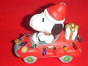UFS Peanuts Snoopy in a car with Christmas lights figurine