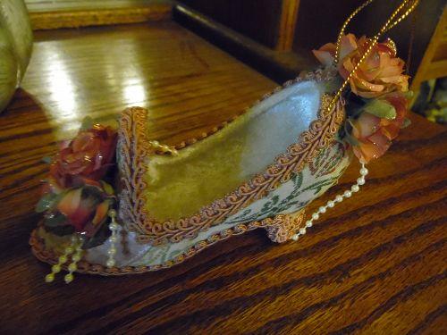 Adorable Victorian look shoe Christmas ornament