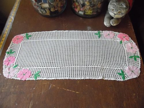Vintage crochet dresser scarf with applique crochet flowers