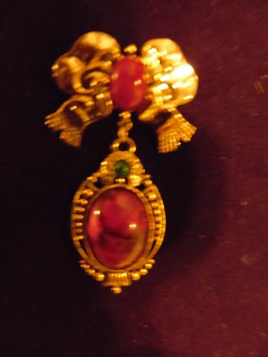Victorian style antique gold tone pin bow faux red agate cabochons
