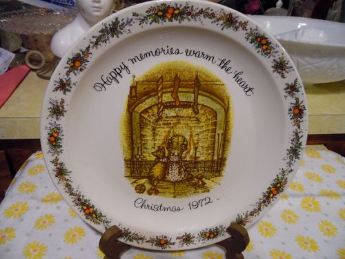 Holly Hobbie Christmas 1972 Commemorative Plate - Happy Memories .....