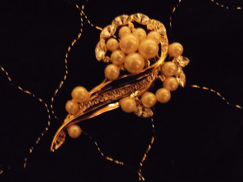 Lovely gold tone brooch pin with pearls and rhinestones