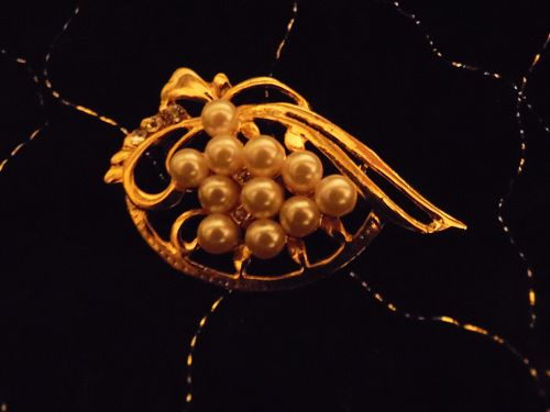 Pretty gold tone pin with pearls and crystal rhinestones