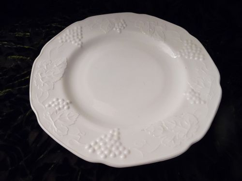 Indiana Colony Harvest Grape Milk Glass 9 3/4 Dinner Plate