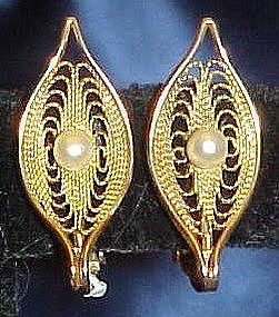 Sarah Coventry  gold tone pearl earrings, clip backs