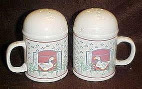 Large range shakers with goose and calico pattern