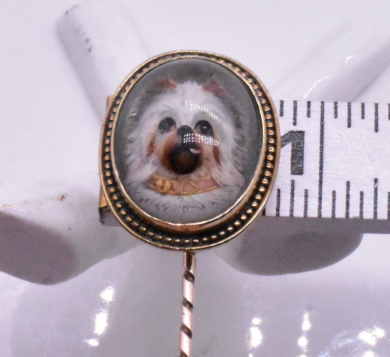 Stickpin with an Essex crystal dog in a 15K gold bezel
