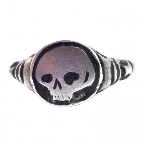 C1620 silver enamel skull swiss