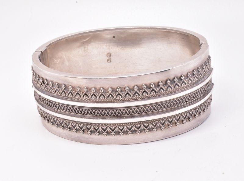 HM1883 Sterling Victorian bangle w hearts