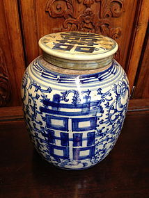 Chinese blue an white porcelain ginger jar with lid