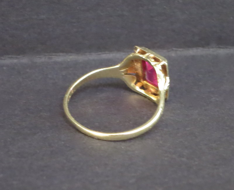 Red stone 14k yellow gold ring size 5