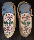 A PAIR OF BEAUTIFULLY BEADED NORTHERN WOODLANDS MOCCASINS