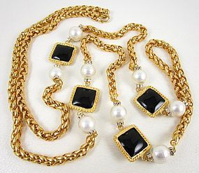 Sophisticated Classic Chic Pearl Gripoix Glass Pate de Verre Necklace