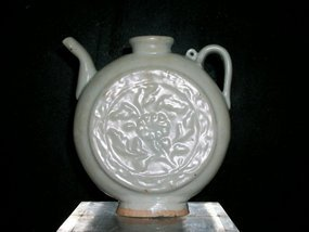 A FINE YUAN QINGBAI  EWER MODEL OF ROUND MOON