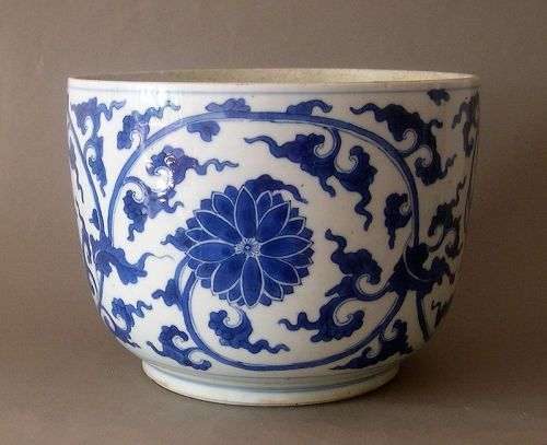 Chinese blue white porcelain jar Kangxi period