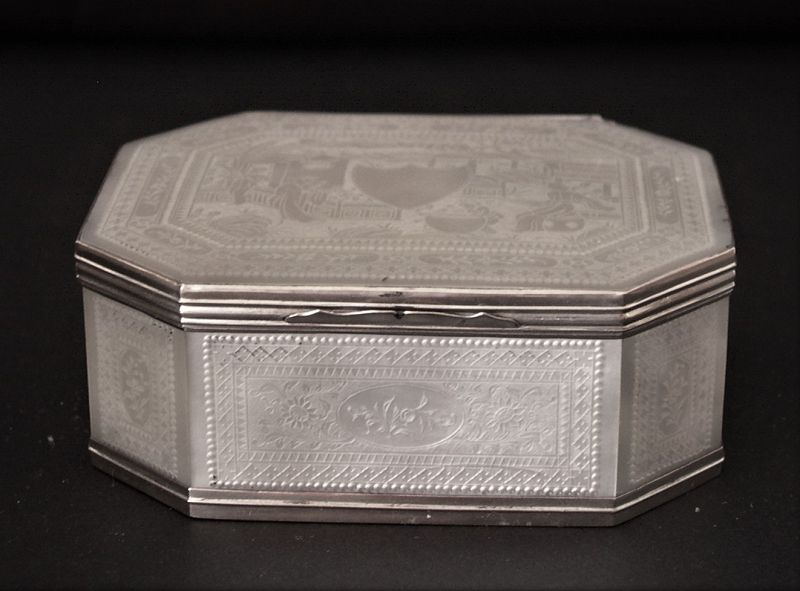 Chinese mother of pearl box with engraved decoration