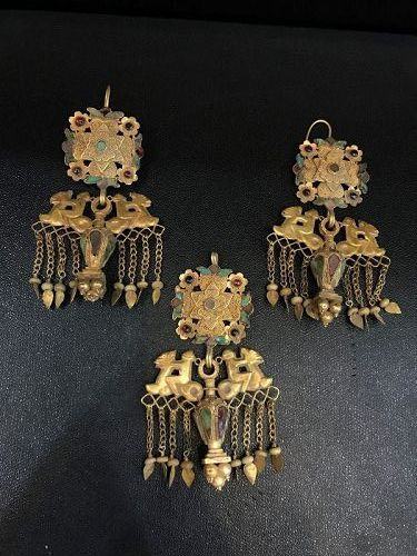 gold earing and pendent