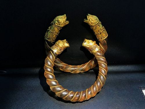 Pair of bracelets with rock crystal hoops and gold tige' heads, Gold,