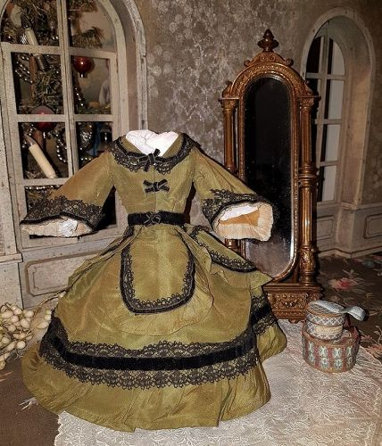 Superb Olive Green Silk Taffeta Fashion Ensemble / circa 1865 / 70