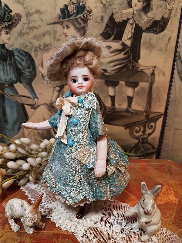 ~ Mademoiselle Mignonette in Superb Clothing and original Condition~